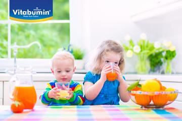 Tepatkah Menunda Memberi Makan Si Kecil yang Lapar?